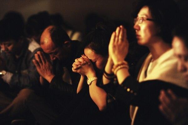 Familiares de los pasajeros del vuelo MH370 de Malaysia Airlines, desaparecido el pasado 8 de marzo, ofrecen oraciones por sus parientes, en Pekín (China).