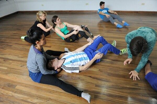 Luis Gustavo López (camisa de rayas) es parte de los miembros de Desamparados Inclusivo que se sumaron al taller de danza inclusiva.