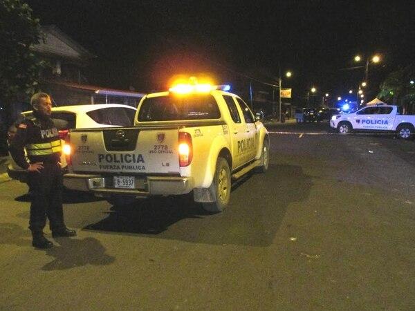 Policía de la Fuerza Pública llegaron a custodiar la escena donde se cometió el homicidio.