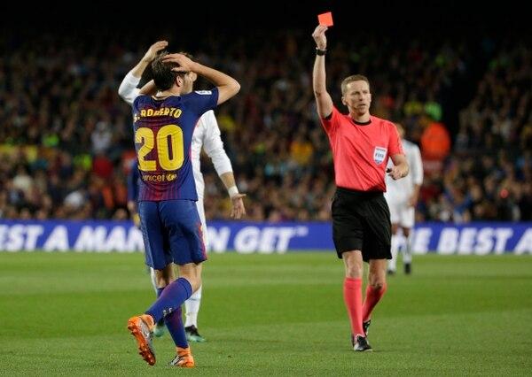 Los árbitros siguen siendo quienes determinan cuáles jugadas son revisadas. (AP Photo/Emilio Morenatti)