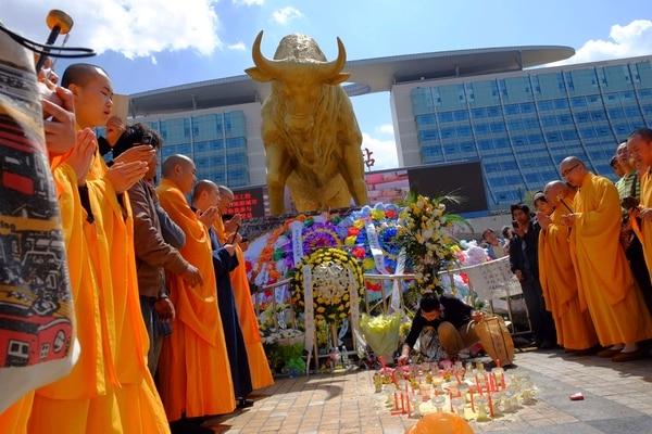 En la gráfica, monjes rezan por las víctimas de ataque fuera de una estación de tren en Kunming, en la provincia de Yunnan, suroeste de China.