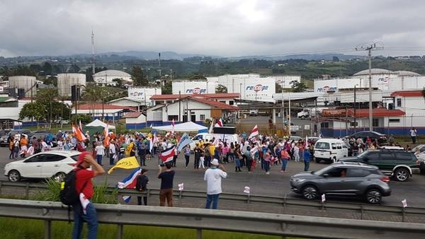 Desde las 3 p.m. , manifestantes volvieron a apostarse en las afueras del plantel de Recope, en Ochomogo. Fotografía: Keyna Calderón