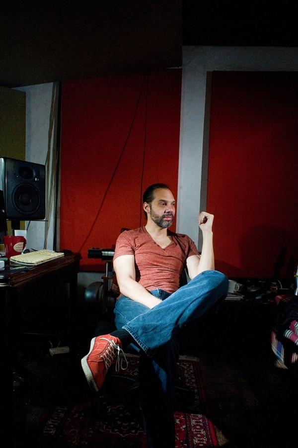 El productor y músico costarricense Alberto Ortiz suma más de 30 años de experiencia. Este lunes compartirá sus conocimientos en Facebook. Foto: Rafael Murillo/Archivo.