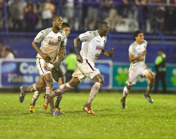 El lateral saprissista Jordan Smith celebra el gol que marcó ayer al Pérez Zeledón. Waston, Madrigal y Tejeda (atrás) lo acompañan. | RAFAEL PACHECO