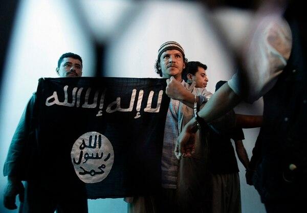 En abril, un presunto miembro yemení de al-Qaeda (centro) durante una audiencia en una corte en Saná, Yemen. | ARCHIVO