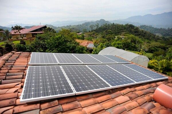 En el Alto del Monte de Atenas; en Alajuela. Los esposos Ralph Carlson y Margarita Alfaro instalaron en 2014 paneles solares en su casa para ahorrar energía y contribuir a conservar el medio ambiente.