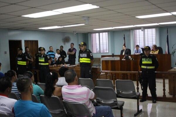 Con fuertes medidas de seguridad se mantuvo el orden en la sala. Se condenó a los tres sospechosos.