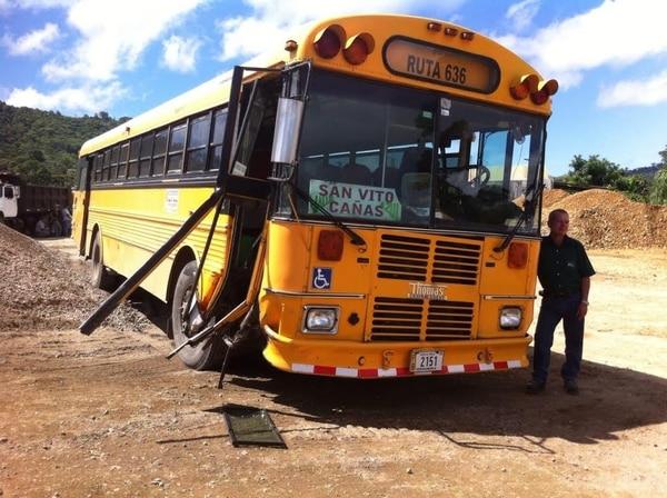 El bus sufrió daños en el bumper, la puerta delantera y otras partes de la carrocería. Quedó estacionado en el plantel municipal, donde los pasajeros pudieron bajar.