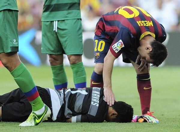 Lionel Messi, astro argentino del Barcelona (10) llegó a consolar al portero Keylor Navas, quien ayer domingo recibió siete goles en la cabaña del Levante