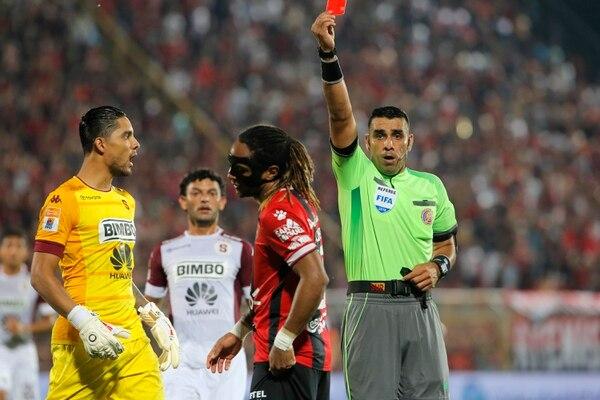 El árbitro Juan Gabriel Calderón le muestra la tarjeta roja a Jonathan McDonald, en el clásico en el Morera Soto. Fotografía: Mayela López