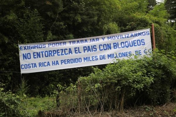 Hoy en la Escuela Social Juan XXIII este cartel recibió a las delegaciones en la segunda reunión entre sindicatos y el gobierno por la reforma fiscal. Foto Jeffrey Zamora