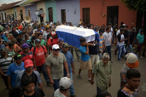 Familiares y amigos de José Esteban Sevilla, asesinado por las fuerzas militares nicaragüenses, cargaron su ataud por las calles de Masaya el pasado 16 de julio.Foto: AFP / Marvin Recinos.