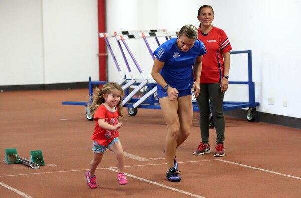 Dixiana Mena disfruta cada entrenamiento con su hija Andrea y su nieta Abril de tres años, quien la acompaña a todas partes. Fotografía: Graciela Solís