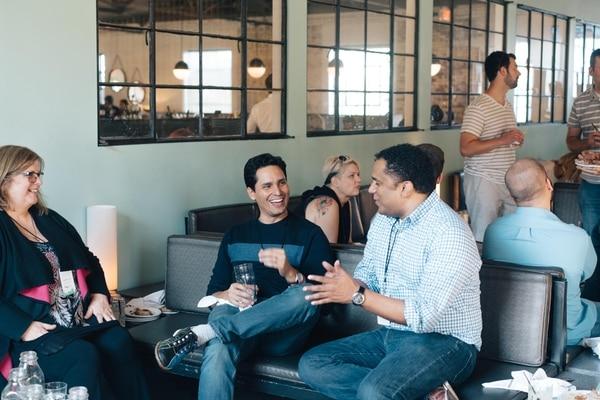 Alejandro Vega, fundador de Huli (de pierna cruzada, al centro) y Steve Vega, líder de Desarrollo de Software (ausente en la foto) representaron a la compañía durante el encuentro para emprendedores. | HULI .