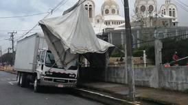 Torbellino en Cartago destechó casas, botó árboles y dejó sin luz poblados cercanos a la basílica de Los Ángeles