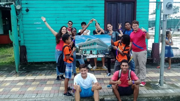 El Black Star Line... los jóvenes visitaron el punto donde estaba, y donde se reconstruye este simbólico edificio de unión de los afrodescendientes en LImón. Foto cortesía Tejedores de Sueños.