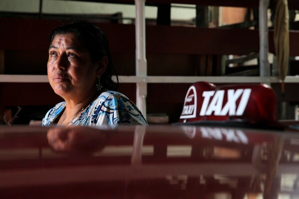 María de los Ángeles González trabaja como taxista legal (taxi rojo) y vive en San Rafael de Heredia. Se declara en una dura situación debido a que, pese a que labora hasta 16 horas al día, no logra salir de deudas. Foto: Mayela López