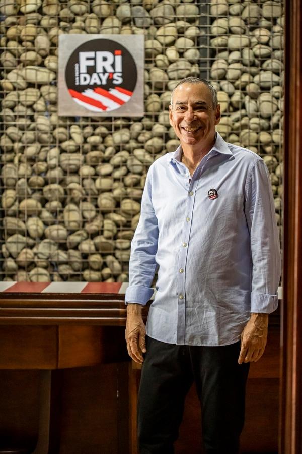 El fundador del Friday's original, Carlos Felipe Huezo, mantuvo el otro negocio durante 34 años. En cuestión de tres meses