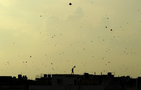 Un niño juega con su papalote en India, en el marco de las celebraciones de la independencia.