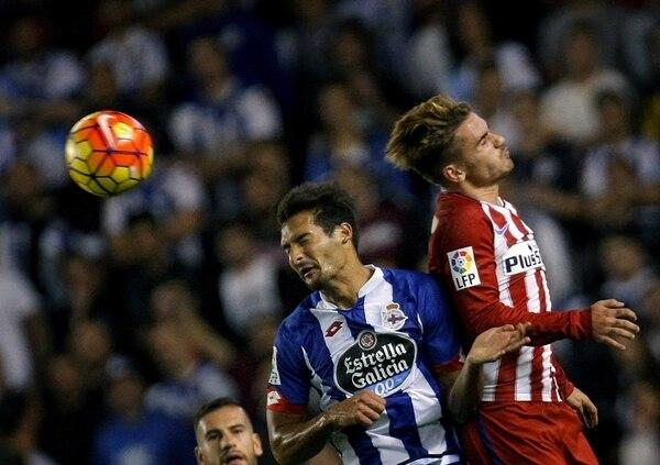 Celso Borges lucha una pelota aérea con el francés Antoine Griezmann.