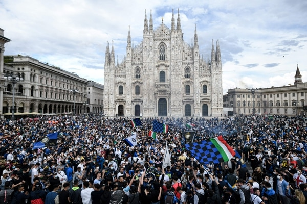 Los aficionados del Inter abarrotaron la Piazza Duomo en Milán, para celebrar el campeonato. AFP
