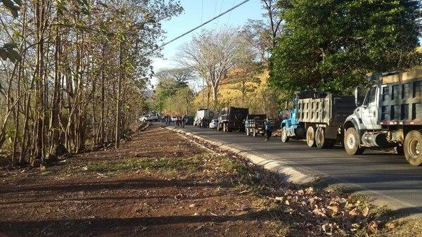 La mañana de este domingo había presa de vehículos en la calle que comunica Orotina con Turrubares, a raíz del accidente.