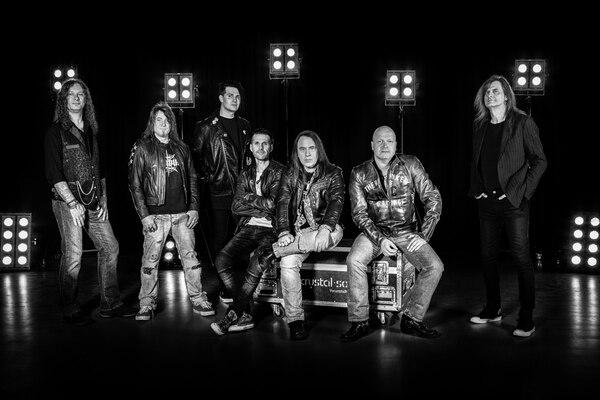 Esos son los miembros de Helloween de izquierda a derecha: Markus Großkopf , Kai Hansen, Sascha Gerstner, Daniel Löble, Andi Deris, Michael Kiske y Michael Weikath. Cortesía de Helloween