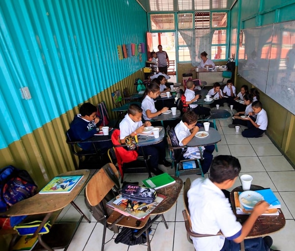 Un pasillo fue habilitado como aula para bajar el hacinamiento en la escuela Rincón Grande de Pavas