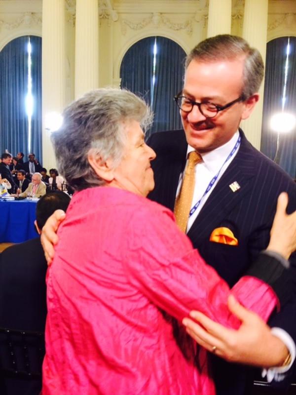 El canciller, Manuel González, abrazó a Elizabeth Odio tras su elección como jueza de la Corte Interamericana de Derechos Humanos.