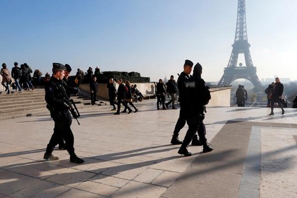 Gendarmes patrullaron este lunes las cercanías de la Torre Eiffel en París. La alerta por amenaza terrorista es alta en Francia después de los atentados en la capital.   AP