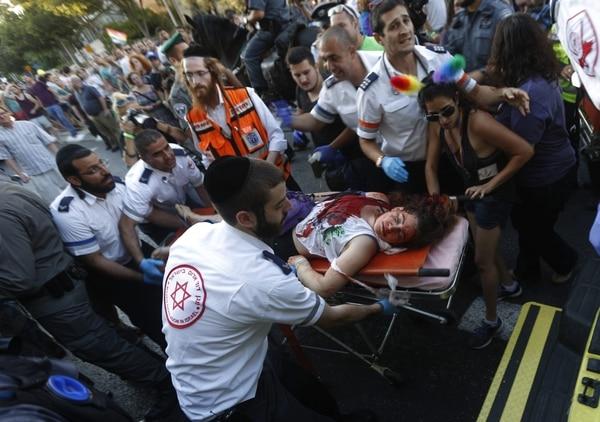 Una de las seis personas apuñaladas mientras participaban en la marcha del orgullo gay recibe atención médica en Jerusalén