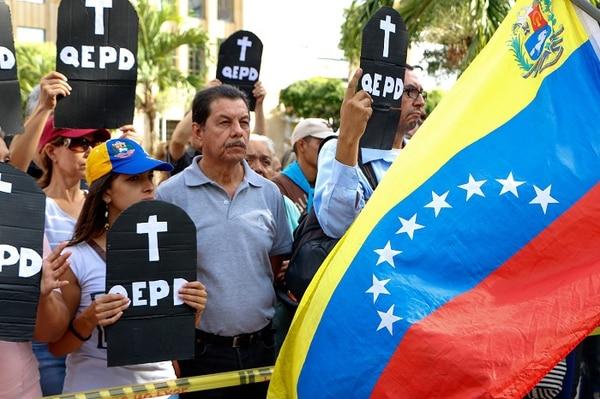 Mientras se lleva a cabo la votación en Venezuela, los opositores protestan en las calles.