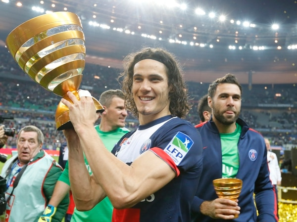 Edinson Cavani, delantero uruguayo que milita en el París Saint Germain, muestra el trofeo como campeón de la Copa de Francia que conquistó este sábado al anotar dos goles ante el Lyon.
