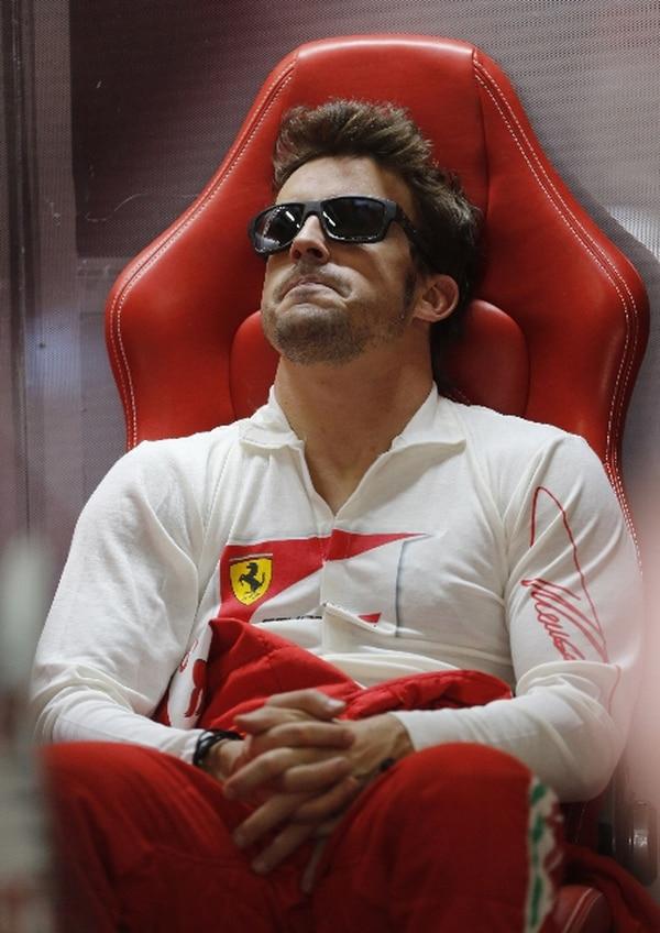 Fernando Alonso se relaja antes de la jornada de prácticas ayer. | AP