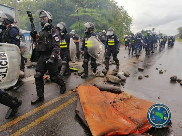 En la intervención policial este miércoles en Paquita de Quepos ocurrieron actos de vandalismo con un vehículo de Fuerza Pública. Fotografía: Fuerza Pública