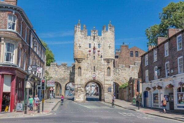 Esta es una de las puertas para ingresar al centro histórico de York; esta se llama Micklegate Bar. Fotografía: Adrian Chu