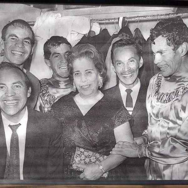 """Imagen en la que Ramón, llamado entre los suyos como """"Moncho"""", aparece con su madre y sus hermanos; la familia Valdés era muy bromista, la comicidad estaba presente siempre; chistes, imitaciones y risas no podían faltar. Foto: Instagram Miguel Valdés"""