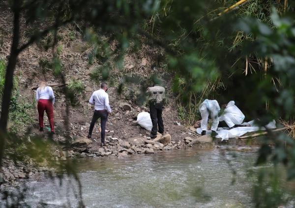 Una mujer que caminaba por la zona encontró este viernes a las 6 a.m. el cuerpo en el río María Aguilar, entre el parque de La Paz y barrio Naciones Unidas, en San José. Foto Alonso Tenorio