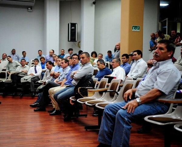 Los empresarios de buses, reunidos ayer en Montes de Oca, mostraron su preocupación después de que representantes del MOPT anunciaran que se suspendía el proceso de renovación de las concesiones. | MEYLIN AGUILERA