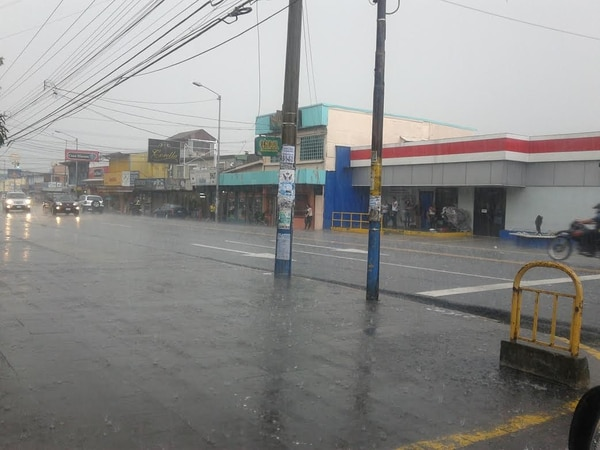 A las 2:25 en Montes de Oca la lluvia y rayería obligo a los conductores a extremar las medidas de precaución.