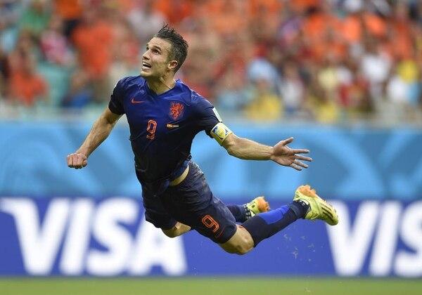 En la imagen, el jugador de Holanda Robin Van Persie durante el remate de cabeza ante la Selección de España.