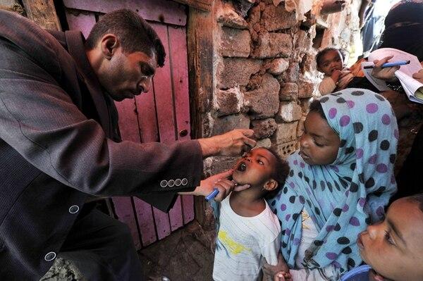 La OMS recomendó que los países donde se ha detectado el virus decreten emergencia nacional para alentar a los viajeros a que se vacunen y vacunar a los niños.   EFE/YAHYA ARHAB