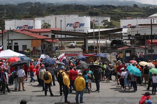 El plantel El Alto, en Ochomogo, fue el único que se mantuvo abierto durante los primeros días de la huelga para distribuir gasolina y asfalto. Sin embargo, el asfalto ya se les agotó. Aquí hubo frecuentes bloqueos fuera de sus instalaciones. Fotografía: John Durán