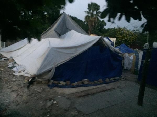 Decenas de personas en Juchitán de Zaragoza viven en carpas en sus patios, ya que las casas resultaron con severos daños por el terremoto del 7 de setiembre.