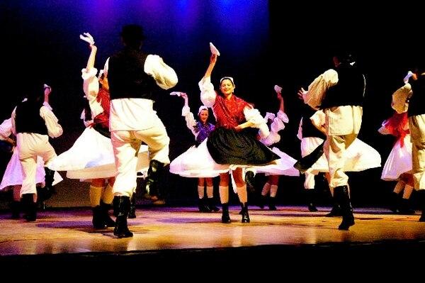 Folklorni Ansambl Lindjo.Teatro Nacional para LNCroatas.