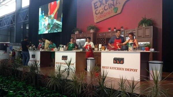 La tarde de este sábado se realizó el concurso Cocinando con las Estrellas en la Expo Cocina de la revista Sabores.