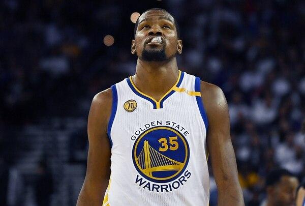 Kevin Durant no pudo contra los Spurs en su primer partido de temporada oficial con los Warriors.