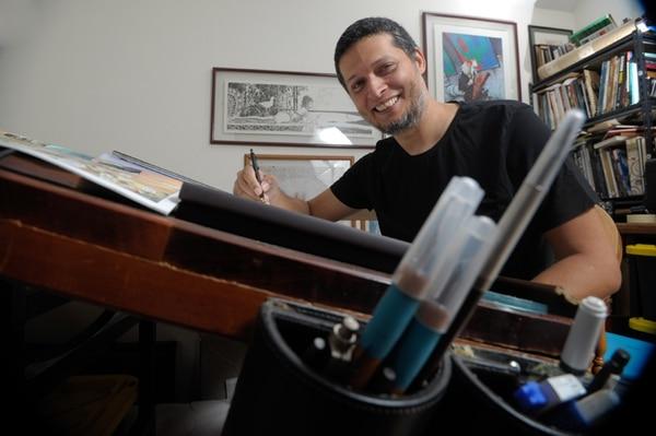 En su casa, ubicada en La Guácima, John Timms se encierra para dibujar sus historietas. PABLO MONTIEL
