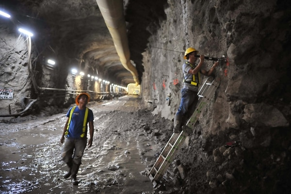 Vista en el 2011 de las obras del Proyecto Hidroeléctrico Diquís que el ICE pretende construir sobre el río Térraba en Buenos Aires de Puntarenas, Wilfrido Fallas y Errol Villanueva (en la escalera), instalaban un medidor de la convergencia de las paredes y en el techo del túnel. /Abelardo Fonseca.