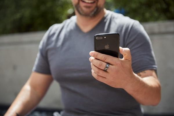 Al igual que los relojes inteligentes, los anillos conectados como Oura realizan un monitoreo general de la actividad del usuario, pero con un diseño más discreto Crédito: Gentileza Oura.